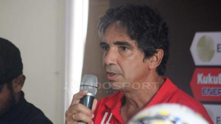 Pelatih Persipura Jayapura Luciano Leandro dalam jumpa pers beberapa waktu lalu. - INDOSPORT