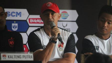 Pelatih Kalteng Putra, Gomes De Oliveira saat preskon. - INDOSPORT