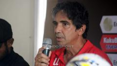 Indosport - Pelatih Persipura Jayapura, Luciano Leandro saat konferensi pers.