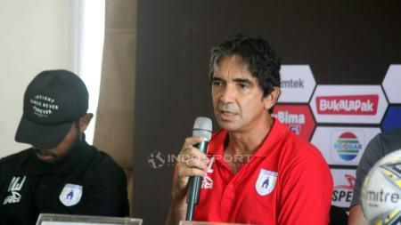 Pelatih Persipura Jayapura, Luciano Leandro, saat preskon. - INDOSPORT