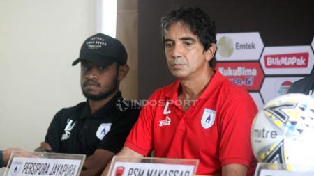 Pelatih Persipura Jayapura, Luciano Leandro saat preskon. - INDOSPORT