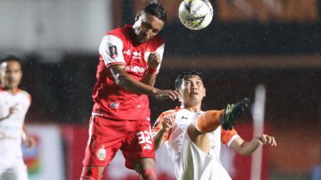 Rohit Chand melakukan duel udara dengan pemain Borneo FC. - INDOSPORT