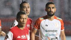Indosport - Ryuji Utomo dan Ismed Sofyan menjaga pertahanan Persija.
