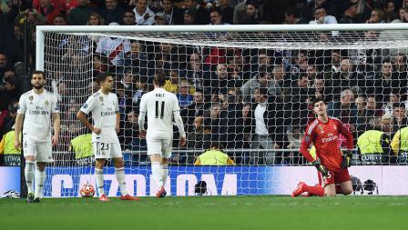 Thibaut Courtois bersama rekan setimnya tampak terlihat lesu setelah Lasse Schone pemain Ajax mencetak gol keempat pada laga Liga Champions  2018/19 16 besar di stadion Bernabeu, Rabu (06/03/19) Spanyol.