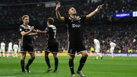 Dusan Tadic melakukan selebrasi usai mencetak gol ke kandang Real Madrid pada laga Liga Champions 2018/19 16 besar di stadion Bernabeu, Rabu (06/03/19) Spanyol.