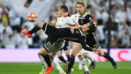 Duel maut Lucas Vazquez dan Nicolas Tagliafico pada laga Liga Champions 16 besar di stadion Bernabeu, Rabu (06/03/19) Spanyol. - INDOSPORT