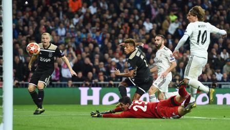 David Neres (Ajax) berhasil berhasil mencetak gol ke gawang Thibaut Courtois pada laga Liga Champions 2018/19 16 besar di stadion Bernabeu, Rabu (06/03/19) Spanyol.
