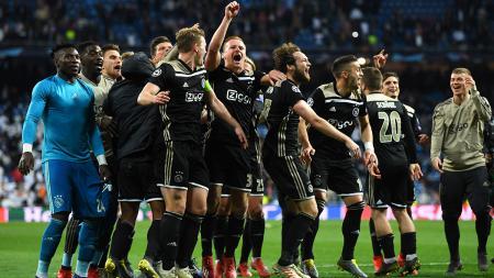 Aksi selebrasi para pemain Ajax usai kalahkan Real Madrid dengan skor 4-1 yang sebelumnya dengan agregat 5-3 pada laga Liga Champions 16 besar di stadion Bernabeu, Rabu (06/03/19) Spanyol. - INDOSPORT