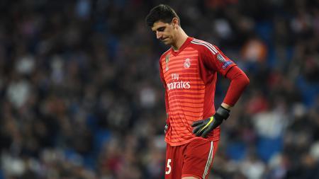 Kiper Real Madrid, Thibaut Courtois, mengalami cedera engkel usai menghadapi Atletico Madrid dalam pertandingan pramusim. - INDOSPORT