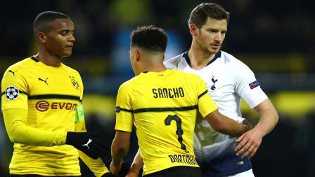 Jan Vertonghen (Tottenham Hotspur) dan Jadon Sancho (Borussia Dortmund) berpelukan setelah pertandingan babak 16 besar Liga Champions 2018/19 di Stadion Westfalen, Rabu (06/03/19).