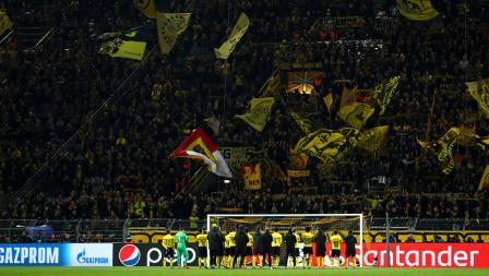 Para pemain Borussia Dortmund ucapkan terima kasih kepada suporter usai tersingkir di pertandingan babak 16 besar Liga Champions 2018/19 di Stadion Westfalen, Rabu (06/03/19).