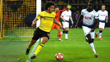 Axel Witsel (Borussia Dortmund) dikawal ketat Serge Aurier pemain Tottenham Hotspur di pertandingan babak 16 besar Liga Champions 2018/19 di Stadion Westfalen, Rabu (06/03/19).