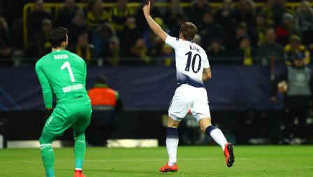 Harry Kane melakukan selebrasi usai cetak gol ke gawang Dortmund pada pertandingan babak 16 besar Liga Champions 2018/19 di Stadion Westfalen, Rabu (06/03/19).
