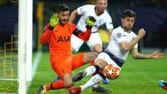 Indosport - Hugo Lloris dibantu Ben Davies untuk mengamankan bola dari serangan pemain Dortmund pada pertandingan babak 16 besar Liga Champions di Stadion Westfalen, Rabu (06/03/19).
