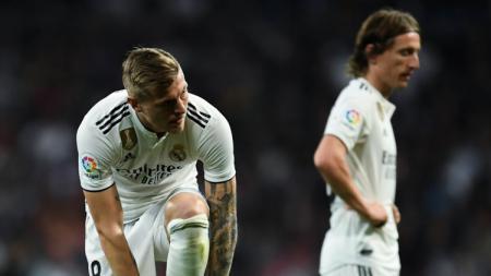 Toni Kroos dan Luka Modric tertunduk lesu usai dikalahkan Barcelona pertandingan La Liga di Estadio Santiago Bernabeu, Sabtu (02/03/19) Spanyol. - INDOSPORT