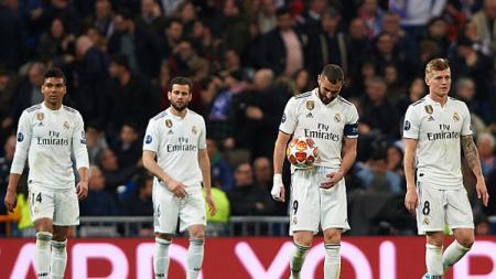 Para pemain Real Madrid tertunduk lesu saat mereka dipastikan gagal ke 8 besar Liga Champions 2018/19. - INDOSPORT