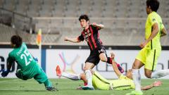 Indosport - Jo Chan-ho tengah mengeksekusi bola ke arah gawang lawan