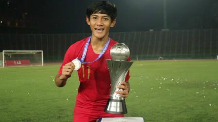 Bek Timnas Indonesia U-22, Firza Andika merayakan keberhasilan juara Piala AFF U-22 2019. - INDOSPORT