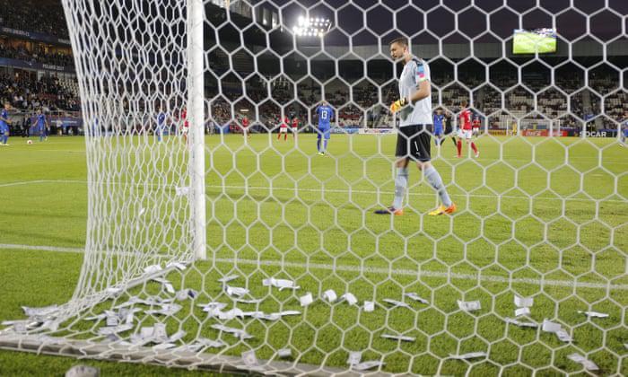 Gianluigi Donnarumma dilempari uang palsu saat pertandingan Italia vs Denmark di Piala Eropa U-21, Minggu 17 Juni 2017. Copyright: Michael Zemanek/BPI/Rex/Shutterstock