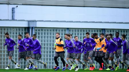 Fans FC Porto melakukan aksi nekat dengan menonton pertandingan tim idolanya dari atap Stadion Do Dragao. - INDOSPORT