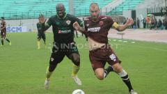 Indosport - Ok John berebut bola dengan Wiljan Pluim.