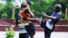 Indosport - Aksi Luiz Carlos Pilar bersama Skuat Persipura Jayapura.