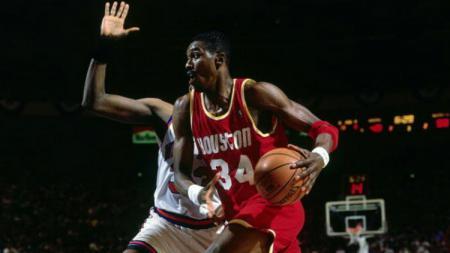 Ini kabar terbaru legenda Houston Rockets, Hakeem Olajuwon, 'Si Mimpi' NBA yang merangkak dari suka sepak bola. - INDOSPORT