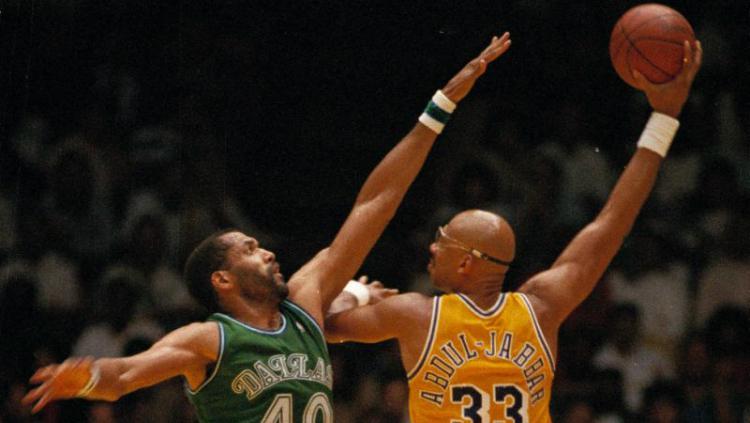 Kareem Abdul-Jabbar saat melakukan gerakan ikoniknya, skyhook. Copyright: AP
