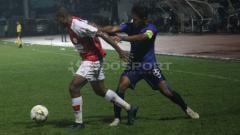Indosport - Pemain Persipura Jayapura dan PSIS Semarang berebut bola.