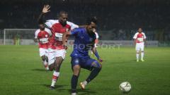Indosport - Pemain Persipura dan PSIS berebut bola.