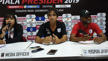Pelatih Persipura, Luciano Leandro bersama Pemainnya, Titus Bonai, saat sesi konferensi pers usai laga - INDOSPORT