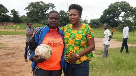 Mjeje keliling Afrika memamerkan skill juggling demi menafkahi keluarganya di Tanzania. - INDOSPORT