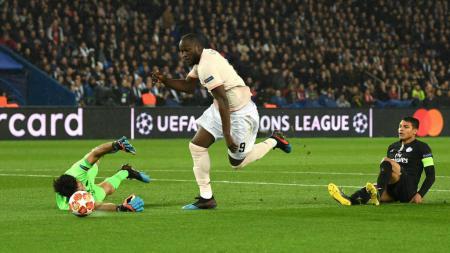 Aksi Romelu Lukaku saat mencetak gol pertama ke gawang PSG, Kamis (07/03/19). - INDOSPORT