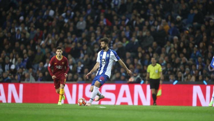 Bek FC Porto, Felipe, mengontrol bola dalam laga leg kedua babak 16 besar Liga Champions kontra AS Roma. Copyright: Twitter @FCPorto