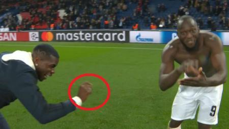 Selebrasi nyeleneh Paul Pogba dan Lukaku usai Manchester United singkirkan PSG di babak 16 besar Liga Champions, Kamis (07/03/19). - INDOSPORT