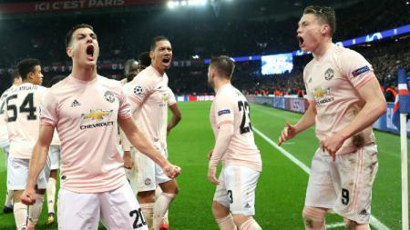 Diogo Dalot saat merayakan kemenangan dramatis Manchester United saat singkirkan PSG di Liga Champions, Kamis (07/03/19). - INDOSPORT
