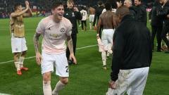 Indosport - Victor Lindelof melakukan selebrasi kemenangan Manchester United atas PSG di leg kedua babak 16 besar Liga Champions, Kamis (07/03/19) dini hari WIB.