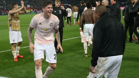 Victor Lindelof melakukan selebrasi kemenangan Manchester United atas PSG di leg kedua babak 16 besar Liga Champions, Kamis (07/03/19) dini hari WIB. - INDOSPORT