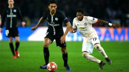Fred menjaga pergerakan Marquinhos dalam pertandingan leg kedua babak 16 besar Liga Champions antara PSG vs Manchester United, Kamis (07/03/19) dini hari WIB. - INDOSPORT