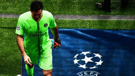 Kiper Paris Saint-Germain (PSG), Gianluigi Buffon tertunduk lesu usai timnya disingkirkan Manchester United dari babak 16 besar Liga Champions 2018/19, Kamis (07/03/19) dini hari WIB. - INDOSPORT