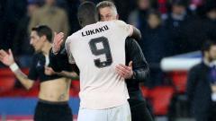 Indosport - Romelu Lukaku dan Ole Gunnar Solskjaer berpelukan pasca menyingkirkan Paris Saint-Germain di Liga Champions.