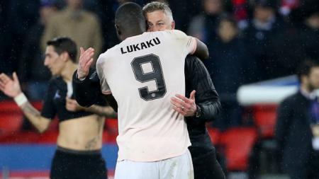 Romelu Lukaku dan Ole Gunnar Solskjaer berpelukan pasca menyingkirkan Paris Saint-Germain di Liga Champions. - INDOSPORT