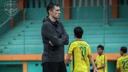 Vladimir Vujovic memimpin latihan perdana klub Liga 2, Bogor FC. - INDOSPORT