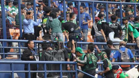 Bonek sudah memasuki tribun barat 1, Stadion Si Jalak Harupat. - INDOSPORT