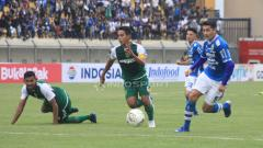 Indosport - Esteban Vizcarra mencoba mengejar bola saat menghadapi Persebaya.