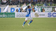 Indosport - Selebrasi Erwin Ramdani (Persib) saat membobol gawang Persebaya.