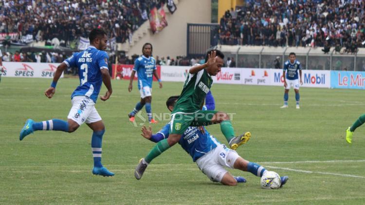 Irfan Jaya (Persebaya) saat menghindari serangan pemain Persib Bandung. Copyright: Fitra Herdian/Indosport.com