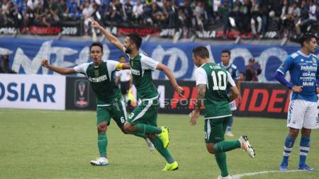 Selebrasi Manuchekhr Dzhalilov (Persebaya) saat membobol gawang Persib Bandung. - INDOSPORT