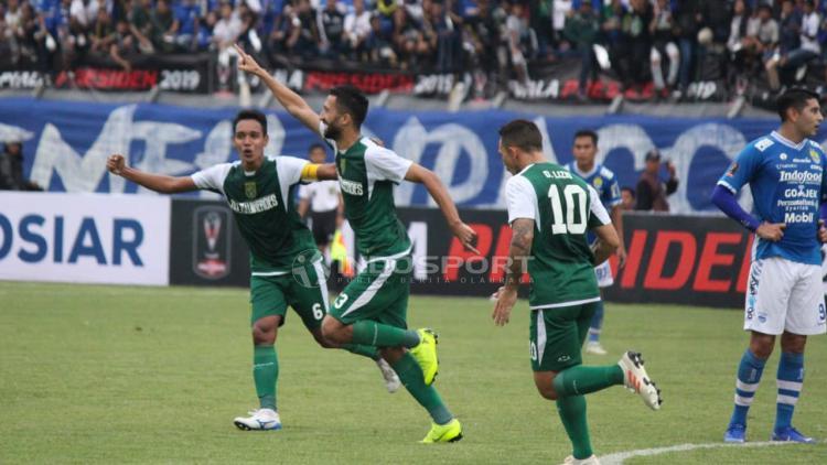 Selebrasi Manuchekhr Dzhalilov (Persebaya) saat membobol gawang Persib Bandung. Copyright: Fitra Herdian/Indosport.com