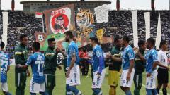 Indosport - Pemain Persib Bandung bersalaman dengan pemain Persebaya.